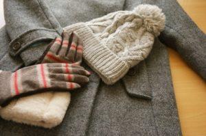 コートとニット帽と手袋