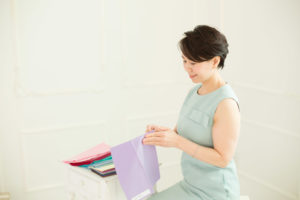 カラー診断ドレープを持つ女性
