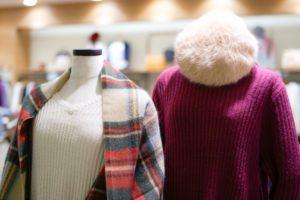 ストールとセーターのディスプレイ