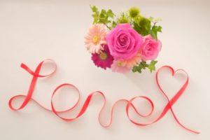 花とリボンで書かれたLove