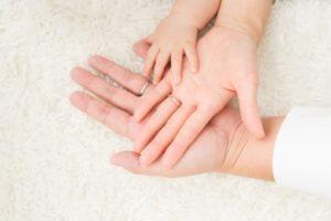 重なり合う親子の手