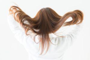 長い髪を広げる女性