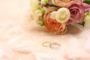結婚指輪とブーケ
