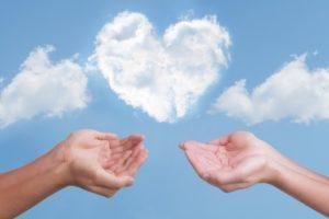 ハートの雲と二人の手
