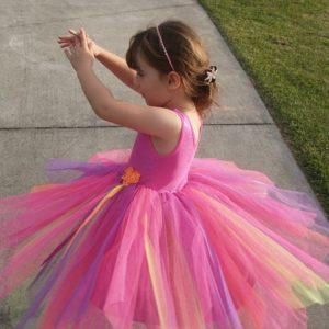 カラフルなドレスの子供