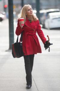 赤いコートの女性