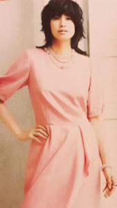 ピンクのワンピースの女性